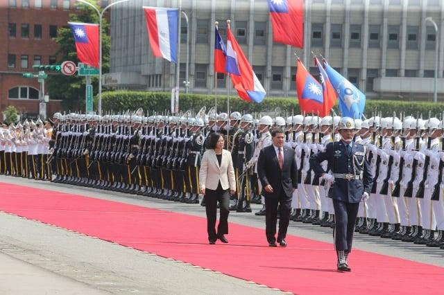 總統蔡英文(前左)12日在總統府府前廣場,以隆重軍禮歡迎巴拉圭總統卡提斯(前中),鳴放21響禮炮、演奏兩國國歌及閱兵。