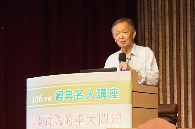 李家同教授12日在高雄公教訓練中心演講,提到他對台灣應該推動甚麼樣的基礎建設看法。(記者李怡欣/攝影)