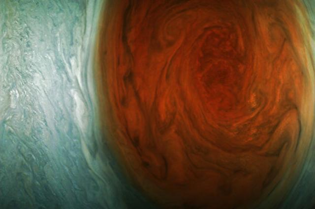 美國太空總署(NASA)週三(12日)公布無人太空船朱諾號日前飛越木星「大紅斑」時,拍下這塊「橘紅旋風」的最新影像。(NASA官網)