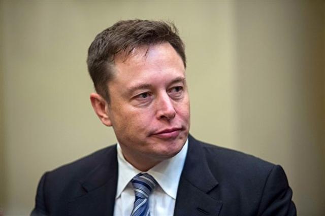 2017年7月15日,特斯拉電動車公司、SpaceX航太公司及PayPal網路支付等公司創始人馬斯克(Elon Musk),出席在美國羅德島舉行的「國家州長協會」夏季會議,他建議政府必須儘快立法規範人工智慧的發展,以保護人類受越來越聰明的電腦或是網路智慧超越極可能對人類造成的威脅。本圖為馬斯克於1月23日出席白宮的科技企業領袖會議。  (NICHOLAS KAMM/AFP/Getty Images)