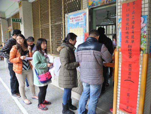 先總統蔣經國於1987年7月15日發布解嚴令後,台灣逐漸成為民主、自由的開放政體。圖為民眾赴投票所投票。(AFP)