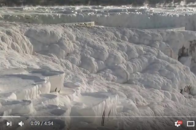 土耳其棉花堡是外觀雪白的天然溫泉,已被人們使用上千年。(影片截圖)