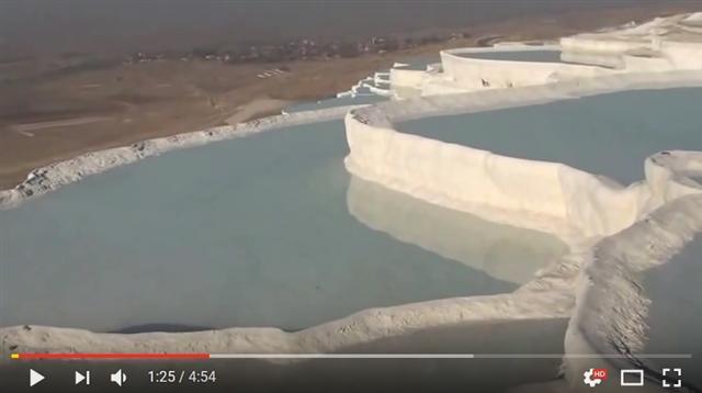 這溫泉水池就像梯田一樣。(影片截圖)