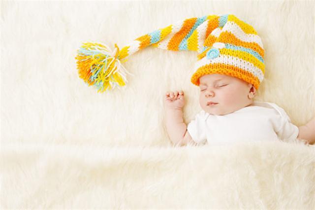 一名母親告誡其他新手夫婦說,不要讓任何人親你的新生寶寶。圖為嬰兒示意圖。(Fotolia)
