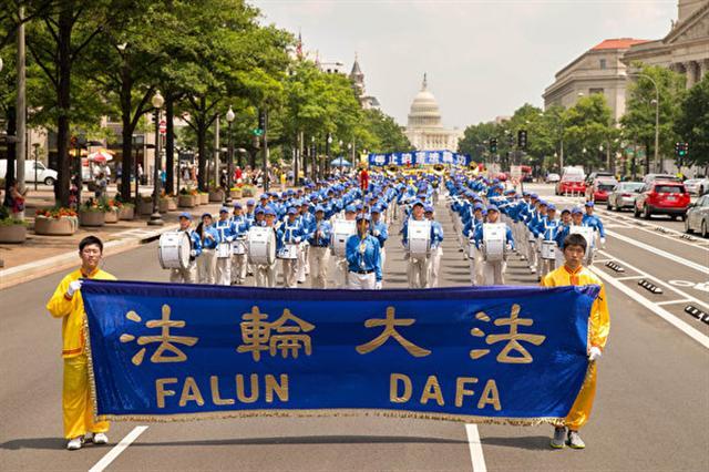 2017年7月20日,美國華盛頓特區國會山前,來自美東地區的部分法輪功學員舉辦盛大的「720」法輪功反迫害集會並開始大遊行。(戴兵/大紀元)