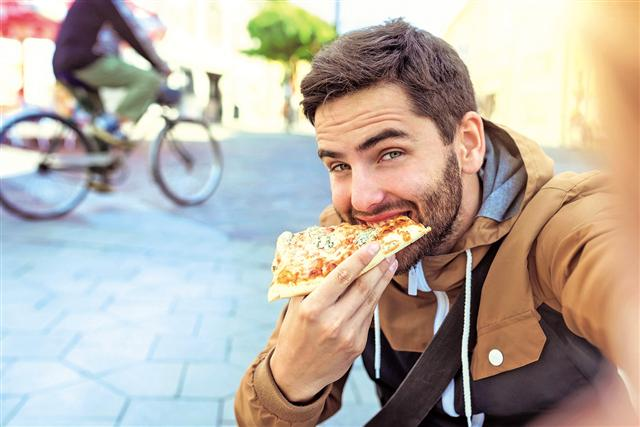 適當的減重、少吃澱粉類、少吃高脂食物。(Fotolia)