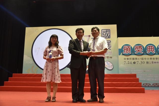 教育部潘部長頒20年優良指導教師-連續指導20屆參賽王雅麗與林耀南老師。