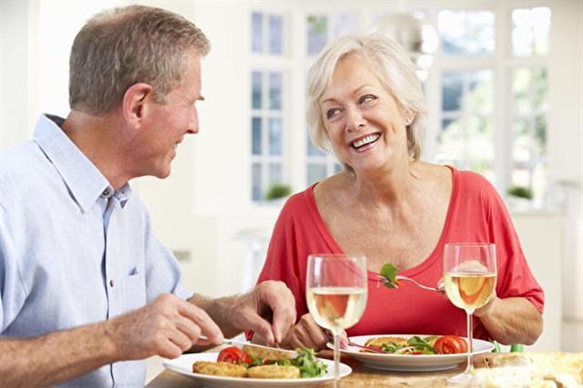 美國與捷克研究人員共同進行的研究發現,無論吃什麼,進餐的時間和頻率對體重的影響最大。圖為一對夫婦在用餐。(Fotolia)