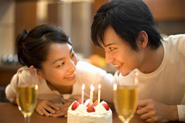 美國克萊門森大學的研究發現,吹蠟燭會使生日蛋糕上的細菌增加14倍之多,但這讓人們感染細菌的機率微乎其微,大可不用擔心。(Fotolia)