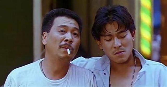 經周潤發推薦,吳孟達(左)在《天若有情》中與劉德華搭戲。憑藉該片,吳孟達走出低谷,還清債務,還獲得香港金像獎最佳男配角獎。(網路圖片)
