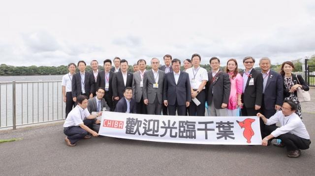 桃園市長鄭文燦(中)率市府團隊參訪千葉山倉水上Mega太陽能發電。(桃園市府提供)