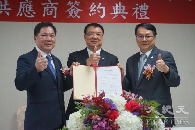 漢翔副總經理杜旭純(右)與燁鋒董事長劉光輝(左)簽下採購鋁合⾦板材合約。漢翔董事長廖榮鑫(中)擔任見證。