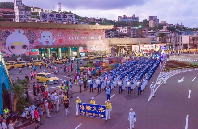 龐大的天國樂團參加中元祭放水燈大遊行。(記者林志彥/攝影)