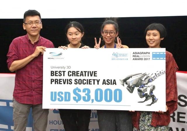 最佳創意獎決賽頒獎紀錄照,左起謝寧、鄒昱玟、廖子昀、楊鎔卉。(元智大學提供)