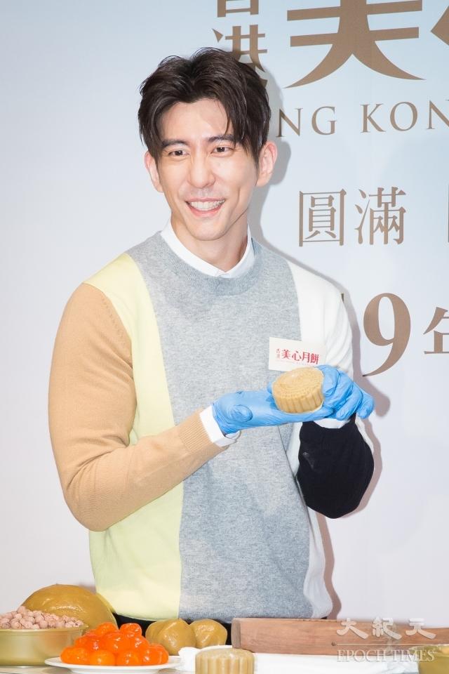 修杰楷13日擔任一日店長學做廣式月餅。(記者陳柏州/攝影)