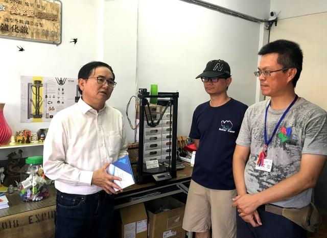 台東立委劉櫂豪(左)參觀台東第一間3D列印工作室。
