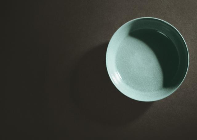 聯電榮譽董事長曹興誠收藏的「北宋汝窰天青釉洗」,3日以11.5億元賣出,創下中國古瓷器的最高拍賣價紀錄。(中央社)
