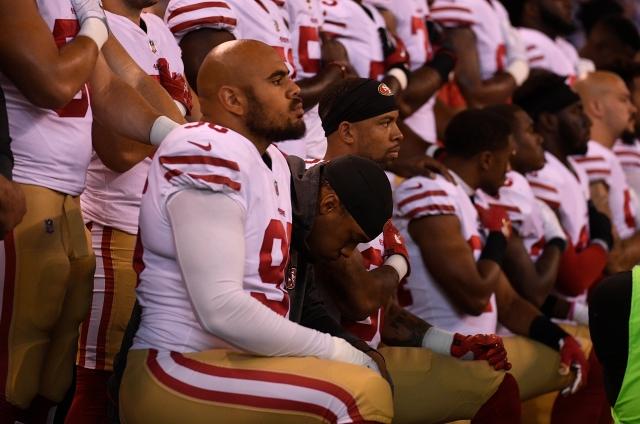 美國NFL(職業美式足球聯盟)球員在奏國歌時單膝跪地表達抗議,引發美國社會與廣大球迷不滿。(Getty Images)