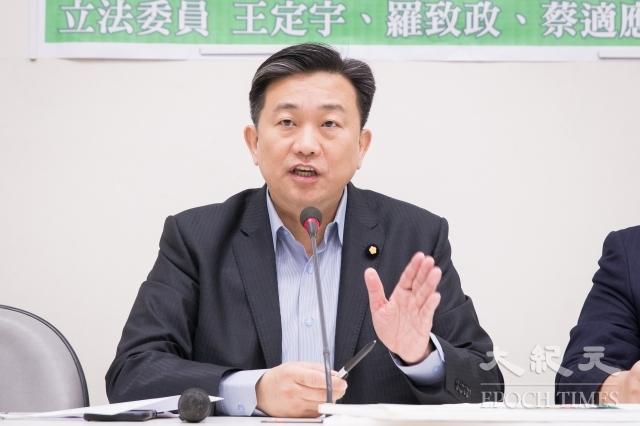 民進黨立委王定宇26日表示,一定要追查當初參與聯貸案的為何都是公股銀行。(記者陳柏州/攝影)