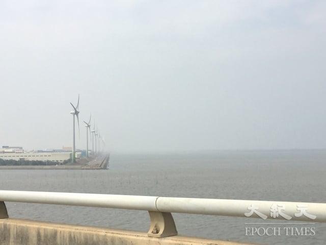 台灣彰化沿海可見到許多陸域風力機,艾納康在桃園、彰化、澎湖等地設置的陸域風機共217座風機。