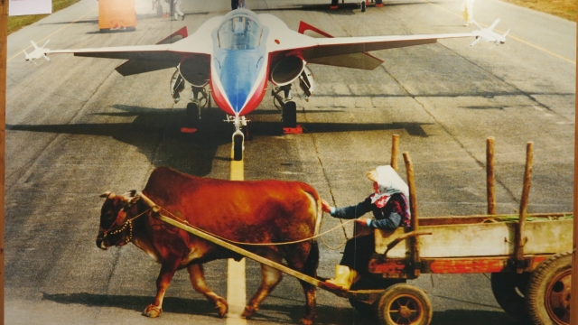 空軍427聯隊隊史館中保存的一張照片,一個駕著牛車的農夫與三架戰鬥機不期而遇。