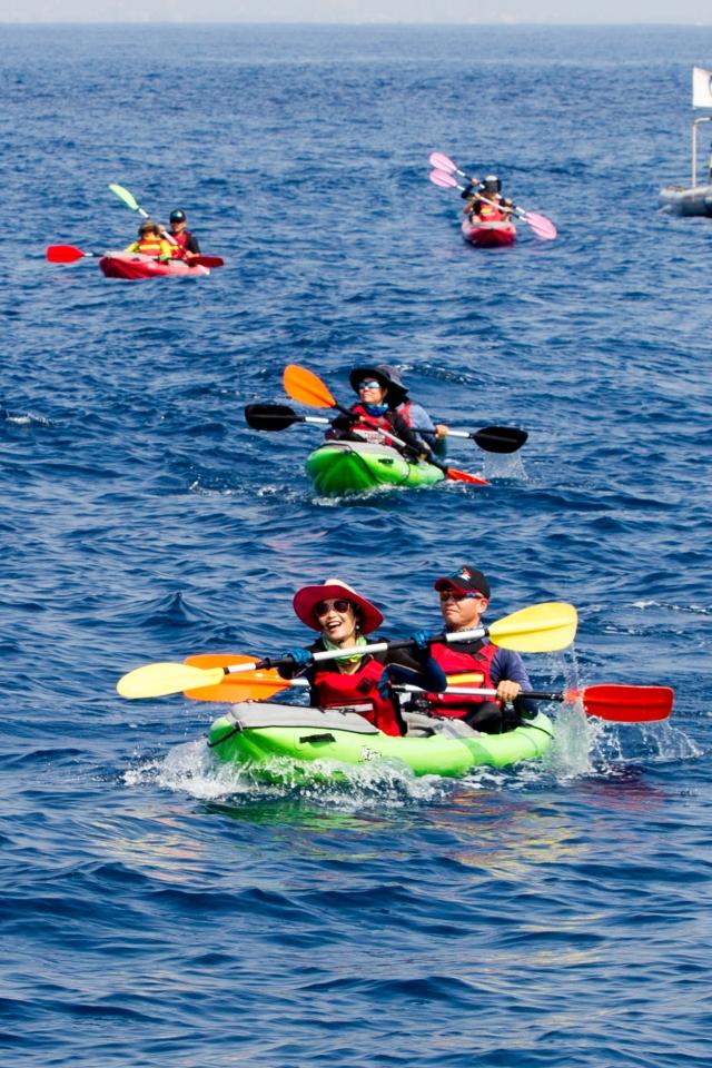 12位獨木舟好手以人力操槳方式橫跨14公里,成功從屏東大鵬灣橫渡小琉球。(記者李歐/攝影)