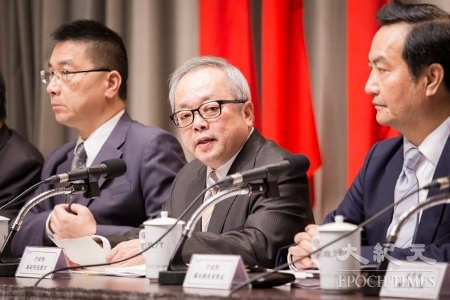 行政院針對慶富案成立專案小組,副院長施俊吉(中)2日召開記者會說明調查結果。