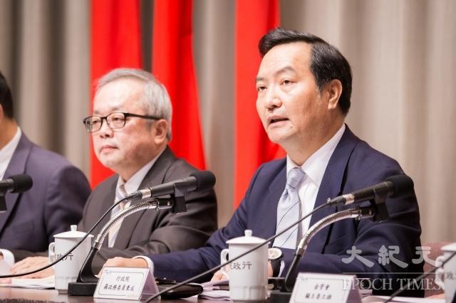 行政院針對慶富案成立專案小組,副院長施俊吉(左)、政務委員羅秉成(右)等人2日召開記者會說明調查結果。