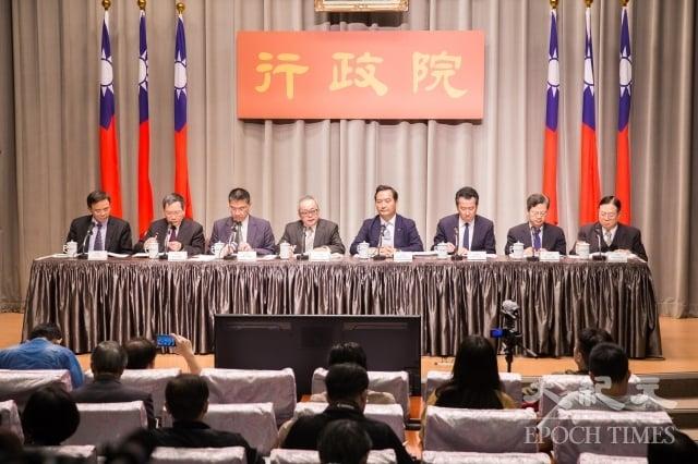 行政院針對慶富案成立專案小組,副院長施俊吉(左4)、政務委員羅秉成(右4)等人2日召開記者會說明調查結果。