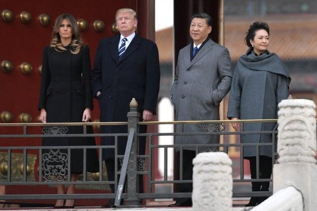 美國總統川普(左2)應邀抵京對中國進行為期3天的首次國是訪問。(AFP)