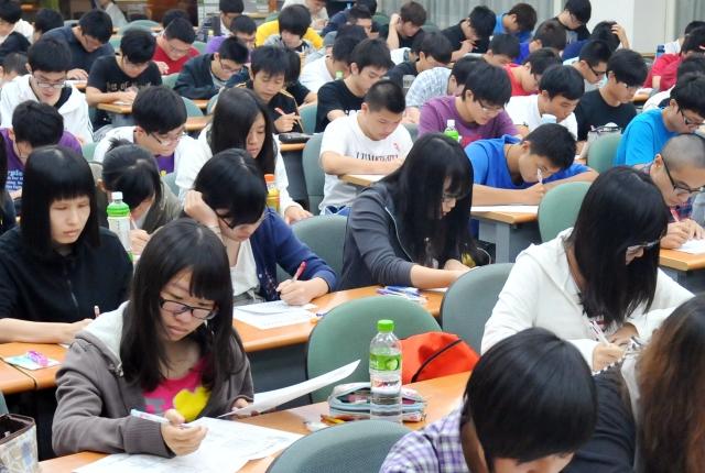 學者表示,台灣多元化的教育環境可以改變陸生,他們回到大陸後,也會影響、改變被共產黨汙染的民族性。圖為台灣學生上課。(Getty Images)