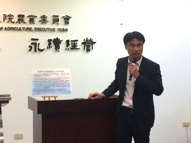 農委會副主委陳吉仲13日下午開記者會說明,農舍增稅及興建管理問題。(施芝吟/攝影)