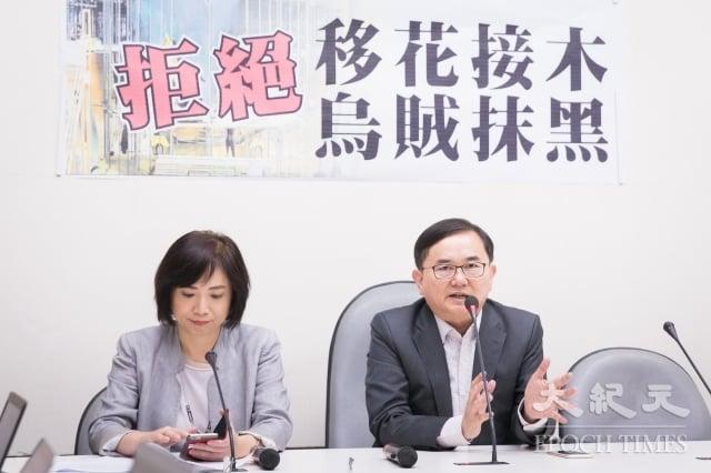民進黨立委劉櫂豪(右)、何欣純(左)14日召開記者會,指出獵雷艦案會查辦到底,拒絕移花接木、烏賊抹黑。(記者陳柏州/攝影)