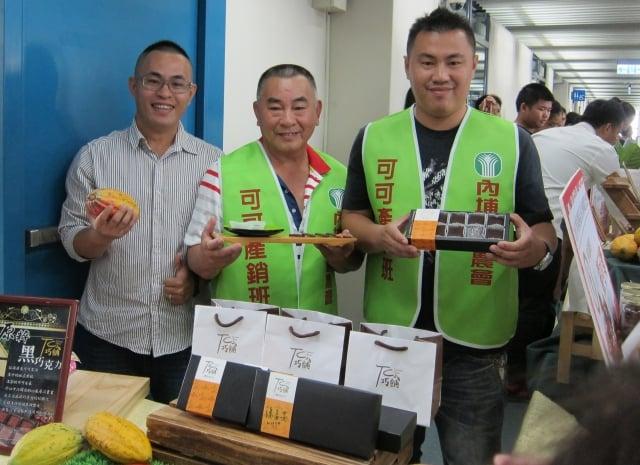 邱正松(中)與兒子邱濬文(右)及邱濬宇投入可可產業及巧克力製作,獲得首屆巧克力風味鑑賞金可獎、銀可獎。