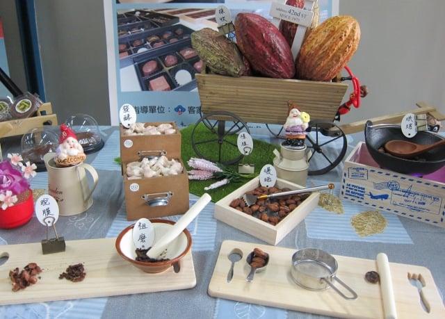 屏東縣政府首次辦理屏東精品巧克力風味鑑賞認證暨比賽,業者展示巧克力製作過程。
