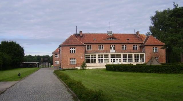 兩名分別為92歲及93歲的前納粹黨衛軍軍官,15日被德國檢方起訴,罪名是涉嫌在波蘭施圖特霍夫集中營謀殺數百人。(維基百科)