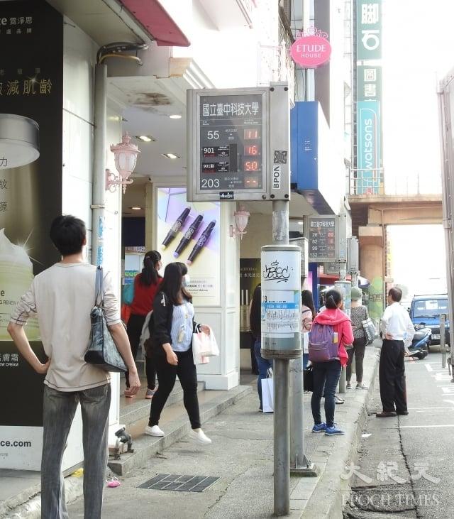 在街頭看到圓筒造型的站牌,乘客可以轉動圓筒查看公車行駛的路線。