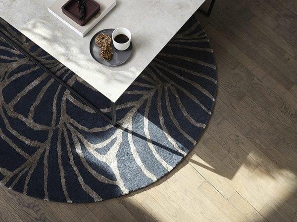 植物圖案更是讓地毯的表現力得到昇華,猶如野生的花朵真的將房間纏繞。(BoConcept提供)