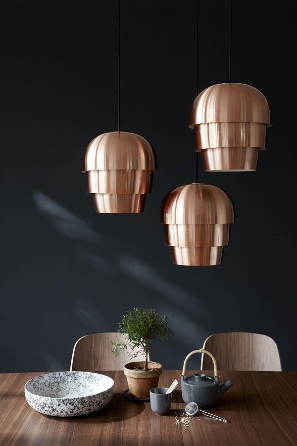 流行的金屬燈具能給室內帶來精緻的工業化現代簡約的感覺。(BoConcept提供)