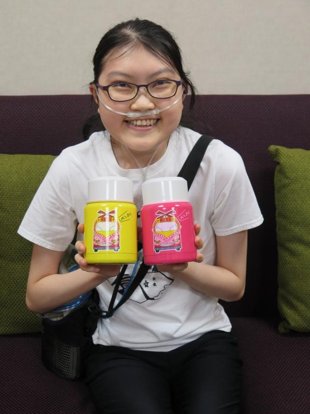 血癌少女宜錡,在挺過化療、復發、移植後,以勇闖明天為概念設計出「明天巴士餐食罐」,除籲癌友出發向前走,更盼全民捐款。(癌症希望基金會提供)