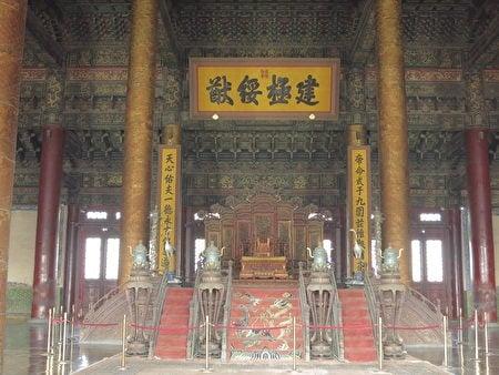 故宮太和殿內的藻井、匾額和皇帝寶座。(維基百科/攝影)