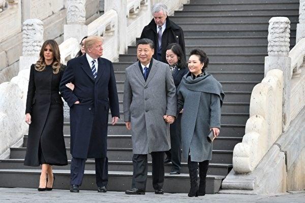 川普夫婦在習近平夫婦的陪同下參觀故宮前三殿。(維基百科)