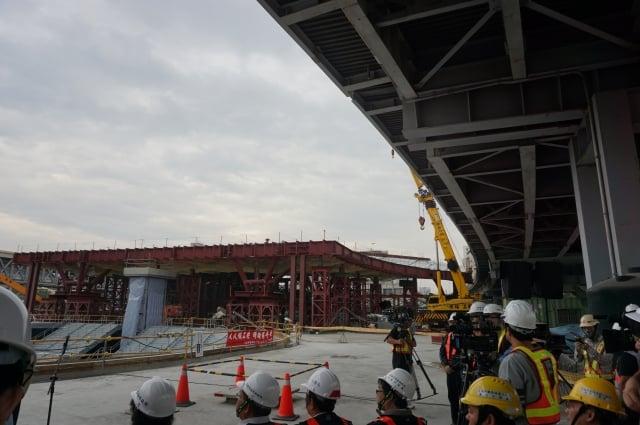 高雄車站地上工程(左)、中博高架橋(右上)。