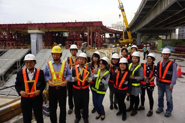 高雄車站地上71期與站體通道工程,高雄市府團隊與鐵工局同仁工地合影。