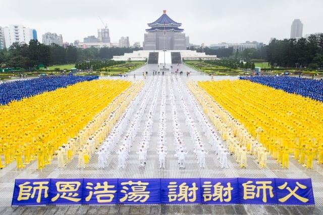 排字活動最後,現場所有學員齊聲恭祝李洪志師父新年快樂,為活動劃下完美句點。