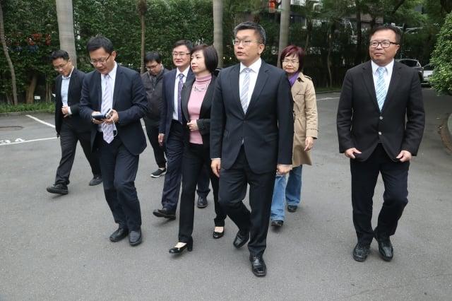 立法院副院長蔡其昌(前中)6日與多名立委,到行政院拜會院長賴清德,雙方就中台灣空汙防治及改善議題進行討論。