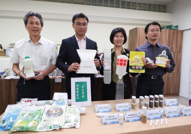 農委會6日在台北舉行「農藥逐年要減量食安環保必加值」記者會,將推動十年化學農藥減半政策。(中央社)