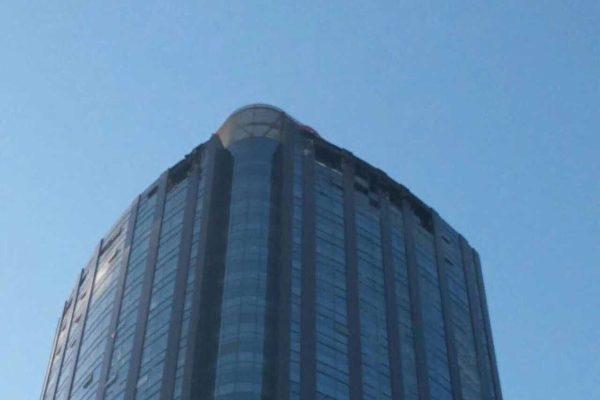 12月1日,天津河西區一幢大廈的38層發生火災,造成至少10人死亡。(網友提供)