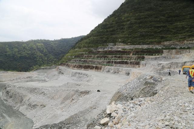 因亞泥礦權已在3月依現行《礦業法》申請通過,因此20年內都不受《原基法》21條約束。圖為亞泥在花蓮新城礦區現況。(中央社資料照)