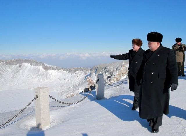 北韓領導人金正恩日前登上白頭山山頂。韓媒分析,這可能代表他正在做重大決定。(AFP)